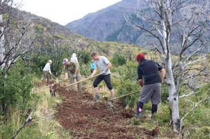 7.Tourism guides volunteering for trail work.Credit Javiera de la Fuente